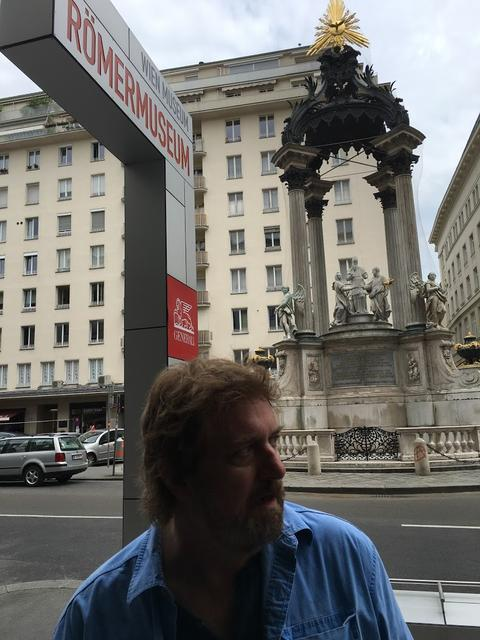 フリント・ディルがローマンミュージアムに現れる